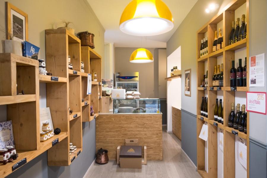 Interno del negozio situato in via C. Cattaneo 5/A a Brescia