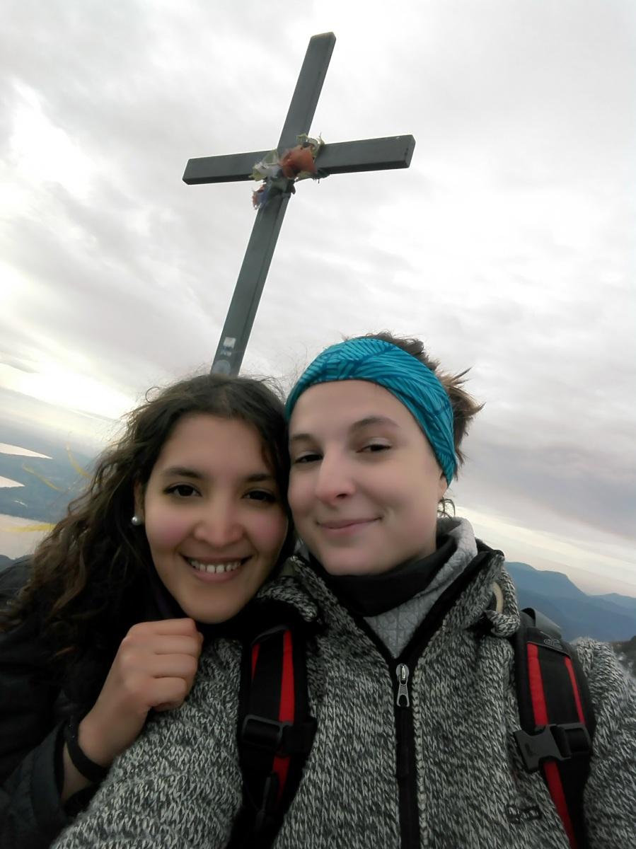Io e il camoscio Sanaa sulla cima Pizzocolo
